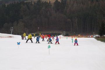Soutěže, hry a závod v lyžařské škole